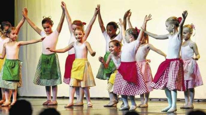Foto: Ulrich Marx - Beim Stück »Violetta Polka« von Johann Strauss Junior zeigten die kleinen Tänzerinnen dem aufmerksamen Publikum in der Reithalle ihr Können.