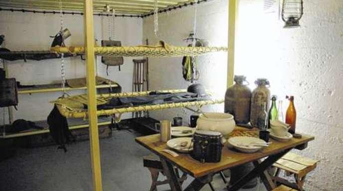 Foto: Stefanie Müller - Der Bunker wurde zum Teil mit originalen Gegenständen wieder eingerichtet.