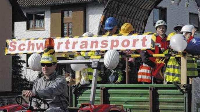 Foto: Klaus Krüger - Die Griesheimer Faustballer thematisierten gestern beim Umzug die Offenburger Bahntunnel-Bohrungen.