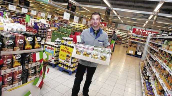 Foto: Ulrich Marx - Christian Meier ist Ferienjobber im Offenburger E-Center. Ihm macht die Arbeit offensichtlich Spaß.
