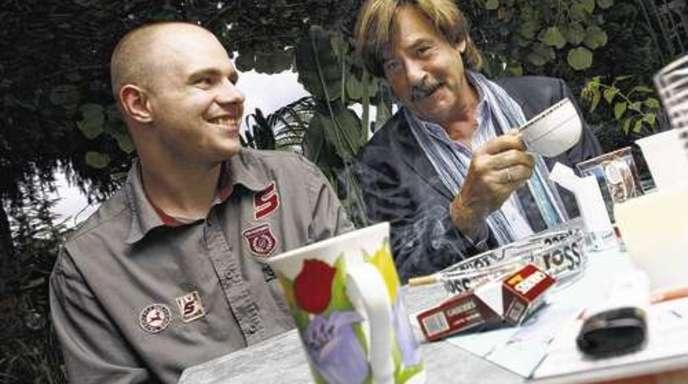 Foto: Ulrich Marx - Mit Kaffee und vielen Zigaretten bereitet sich Jörg Draeger (rechts) auf seinen Auftritt bei Family.TV vor. Geschäftsführer Timo C. Storost sieht die Zukunft seines Internetfernsehens rosig.