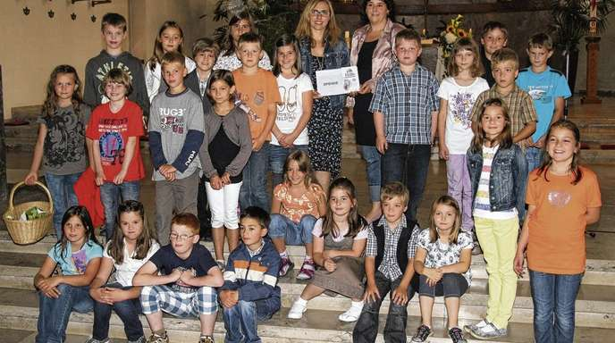 Bernhard Huber - Elke Grösser-Litterst, Vorsitzende des Vereins »Hilfe für nierenkranke Kinder und Jugendliche« (links) erhielt von Annette Ruggeri im Namen der Erstkommunionkinder eine Spende.