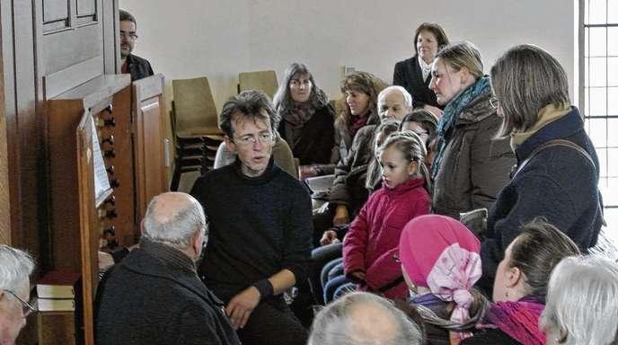 Hans Spengler - Wieland Meinhold ließ die Silbermann-Orgel in der Meißenheimer Kirche erklingen. Eine Stunde vor dem Konzert erklärte er Interessierten das Instrument.