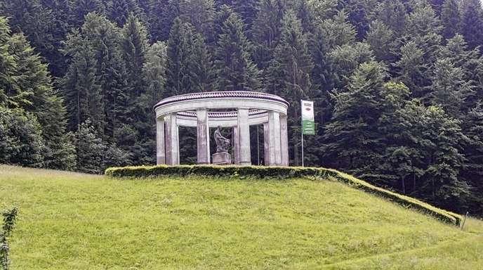 Horst Hoferer - Am Ehrenmal des Schwarzwaldvereins in Allerheiligen wird jetzt mit einer Tafel über die Bedeutung des Denkmals informiert.