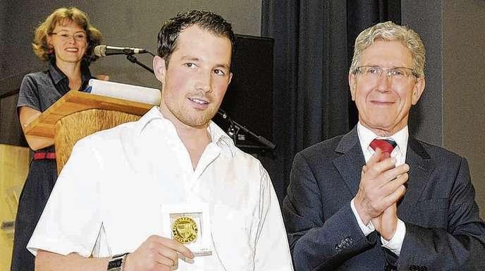 Hildegard Braun - Beifall von OB Wolfgang G. Müller (rechts): Timo Gißler ist bei der Sportlerehrung 2013 der Stadt Lahr als Einziger mit der Sportmedaille in Gold, der höchsten Sportler-Auszeichnung, die die Stadt zu vergeben hat, gewürdigt worden; i