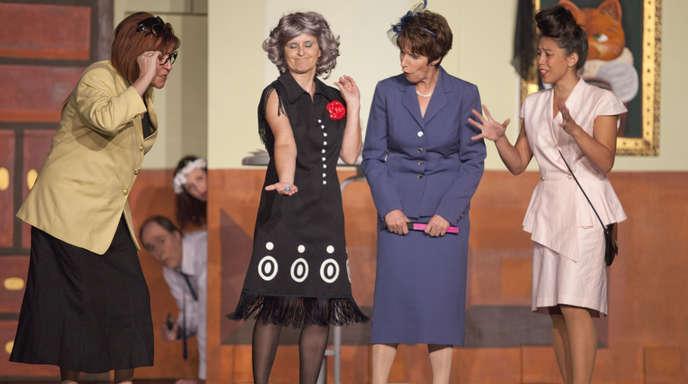 Daniela Busam - Die Damen vom Bridgeclub Lady Thelma (Barbara Behrendt), Tante Martha (Marion Wolf), Lady Clara (Brigitte Weissgärber) und Lady Kitty (Deborah Springmann) bewundern einen Brillanten, dessen Besitz sie in große Gefahr bringen soll.
