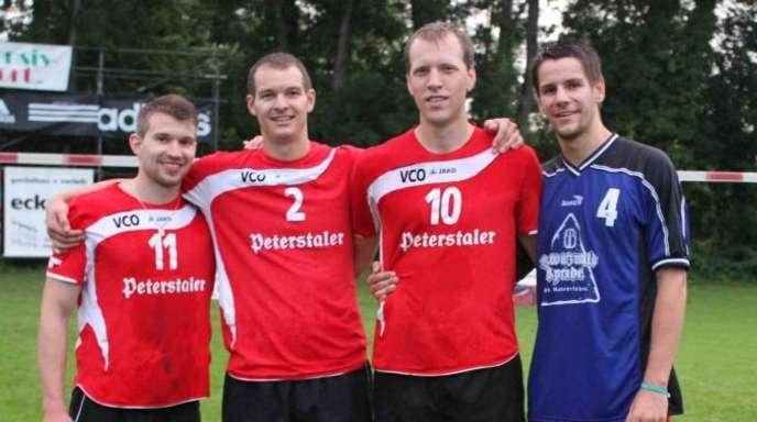 Matthias Lilienthal - Die strahlenden Sieger des »1. Offenburger Faustball-Cups« auf dem Männerbad-Sportgelände in Offenburg: das erfolgreiche Team des VCO.
