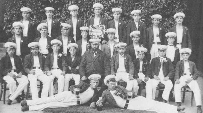 Das Foto stammt aus den Anfängen des Turnvereins Meißenheim. In der vorderen Reihe der sitzenden Herren ist der Gründungsvorsitzende Karl Fischer zu sehen (Fünfter von links).