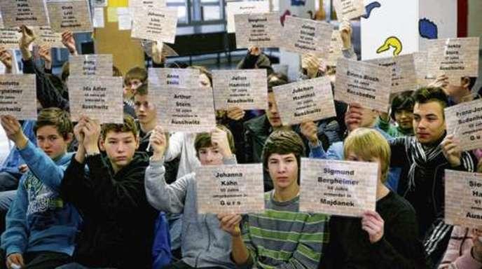 Ulrich Marx - Eva Mendelsson-Cohn (kleines Foto) sprach in der Theodor-Heuss-Realschule als Zeitzeugin über die Deportation der Juden aus Offenburg. Die Schüler erinnerten mit Karten an die Namen der Opfer.