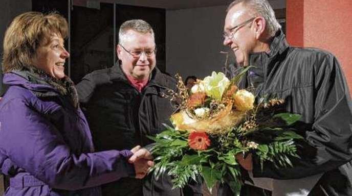Peter Heck - »Ich bin glücklich«: Wahlsieger Bernd Bruder (Mitte) mit Lebenspartnerin Brigitte Morgenthaler und dem bis 30. April amtierenden Bürgermeister Horst Wimmer am gestrigen Abend.