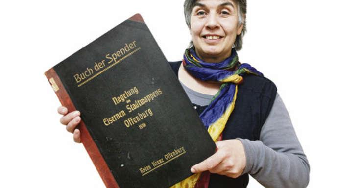 Ulrich Marx - Hier sind alle Namen genannt: Kuratorin Anne Junk mit dem »Buch der Spender«.