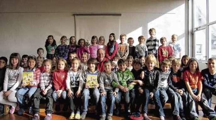 Ute Winkler - Die Klassen 1 und 2 aus Langhurst mit dem Autor Andreas Kirchgäßner.