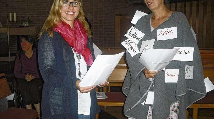 Daniela Nussbaum-Jacob - Journalistin Eva (links: Elke Grösser-Litterst) und die biblische Eva (Heide Schäfer-Herrel).