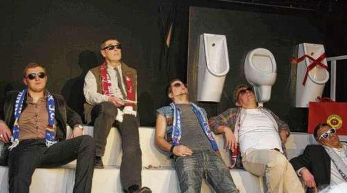Artur Weimann, Berthold Bier, Christian Schindler, Hubert Bader und Jürgen Schulze (von links)vom Illenau-Theater zeigen dem Publikum, was »echte Männer« sind.