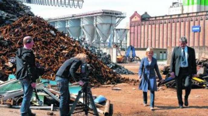 Nina Saam - Mehrmals müssen Redakteurin Eva Gnädig und der stellvertretende Hafendirektor Uli Stichler an Tontechniker Thomas Tiller und Kamerafrau Eva Gensch vorbeiflanieren, bis die Szene im Kasten ist. Die rostigen Schrotthaufen und der alte Getrei