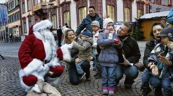 Ulrich Marx - In der Adventszeit ist er gefragt wie kaum ein anderer: Gestern besuchte der Weihnachtsmann auch die Offenburger Kinder.