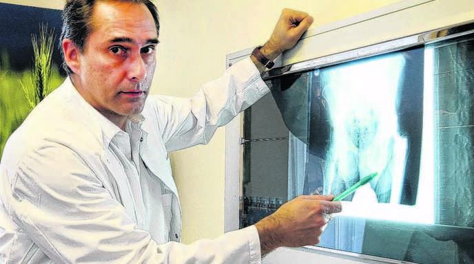 Peter Heck - Siegfried Wentz bei der Arbeit: Der Chefarzt der Schlüsselbadklinik in Bad Peterstal begutachtet das Röntgenbild einer Hüfte.