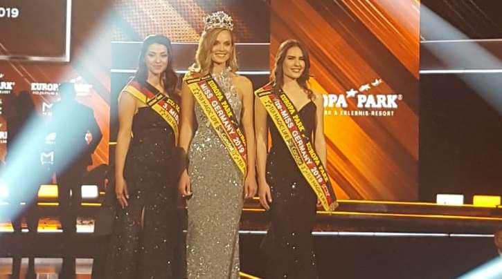Nadine Berneis ist die neue Miss Germany. Rechts neben ihr steht die Zweiplatzierte Pricilla Klein aus Hamburg. Auch auf dem Bild ist die Dritte Anastasia Aksak aus Sachsen.