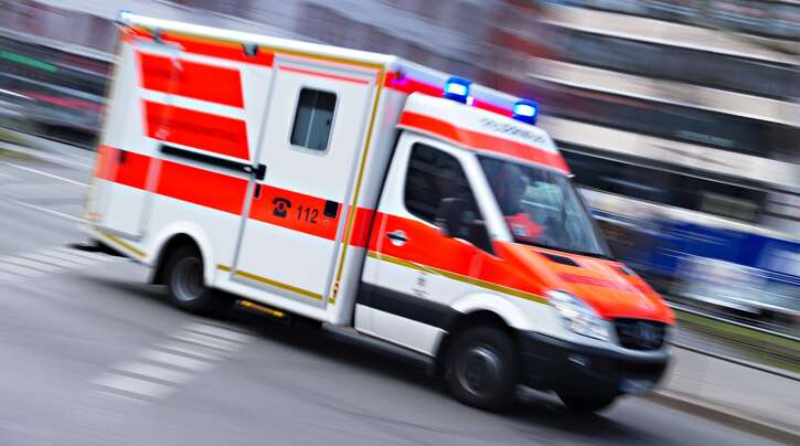 Der 70-Jährige wurde mit einem Krankenwagen in eine Klinik gebracht.