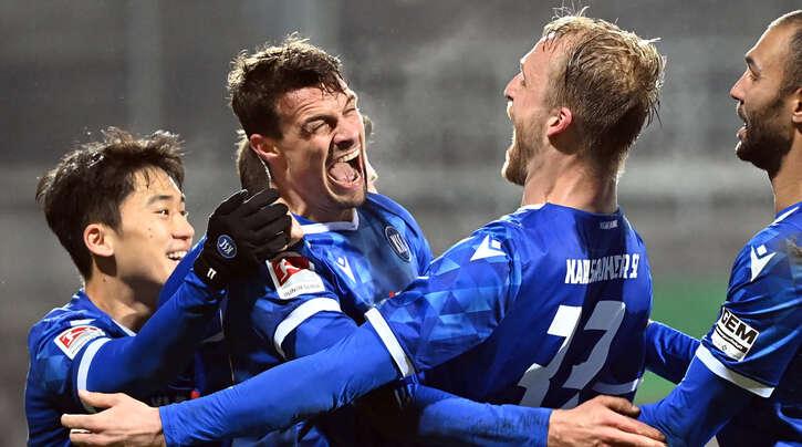 Die Karlsruher Kyoung-rok Choi, Philip Heise, Philipp Hofmann und Daniel Gordon bejubeln den Treffer zum 1:0, der durch Eigentor von Hannovers Kingsley Schindler verursacht wurde.