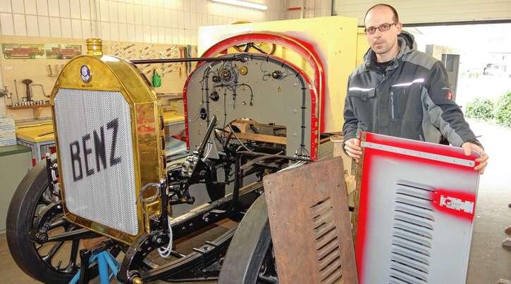 """""""Chefrestaurator"""" Joachim Oberfell mit einer ausgeglühten Original-Motorhaube des """"Alten Benz"""" und einem Nachbau, der noch lackiert werden muss."""