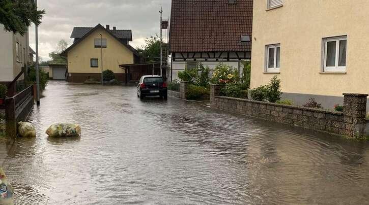 In Höfen standen die Straßen, wie hier in der Löhliswälderstraße, hoch unter Wasser