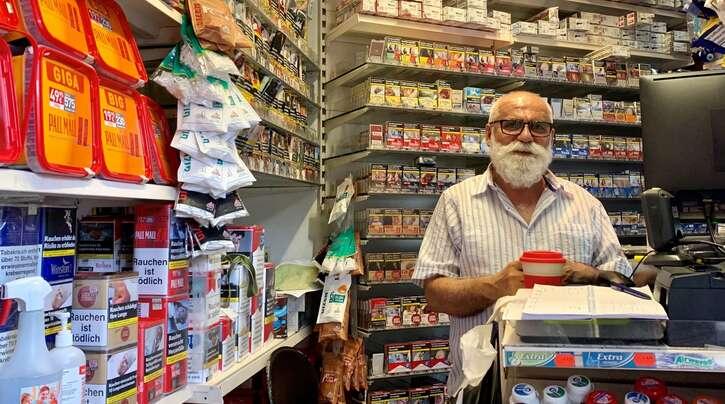 Ein Paradies für Raucher: Cengiz Boyraz in seinem Kiosk, der angeblich Deutschlands kleinster ist.