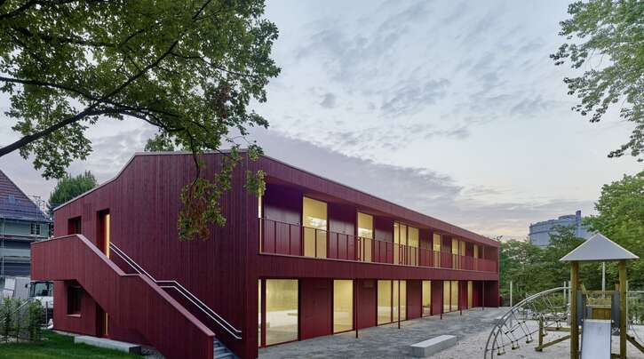 Satte Farbe, klare Gliederung: Die Kita im Park in Stuttgart vom Büro Birk Heilmeyer und Frenzel Architekten