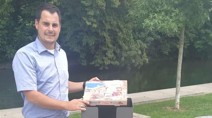 Pizzabox: Raphael Lehmann demonstriert die Nutzung.