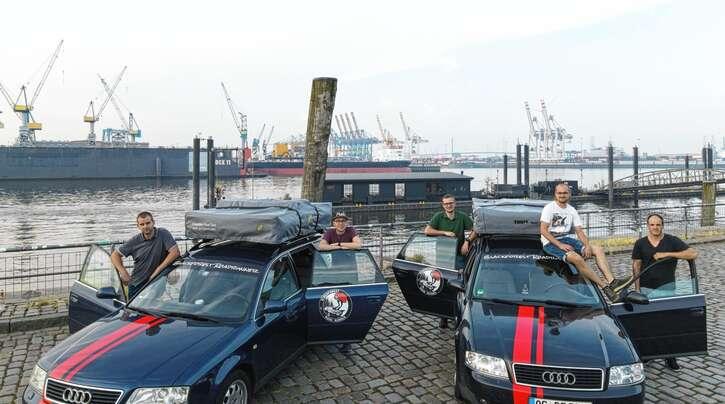 Markus Büchele, Yannic Braun, Simon Kaiser, Johannes Braun und Daniel Huber an den Landungsbrücken in Hamburg, dem ersten Ziel ihrer Fahrt.