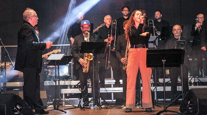 """Beim Konzert der """"Bigband Surprise"""" im Haslacher Klostergarten wusste unter anderemAngelina Madelaine als Solistin zu überzeugen."""