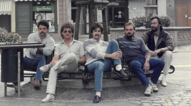 """Die Band """"Mainstreet"""" zu Beginn der Karriere (von links) in der Offenburger Cappuccino-Meile: Armin Hertle, Rainer Wenzel, Klaus Bayer, Peter Lutz und Eckart Reimold."""