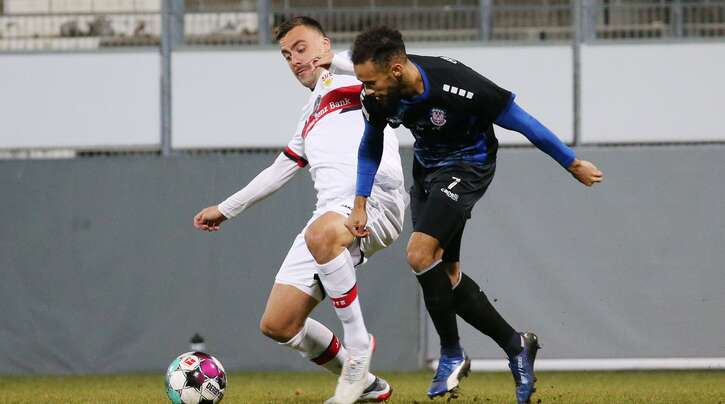 VfB-Torschütze Philipp Förster im Zweikampf mit dem Frankfurter Ahmed Azaouagh.