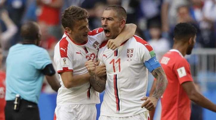 Serbiens Kapitän Aleksandar Kolarov (r) wird für sein Tor zum 1:0 gefeiert.