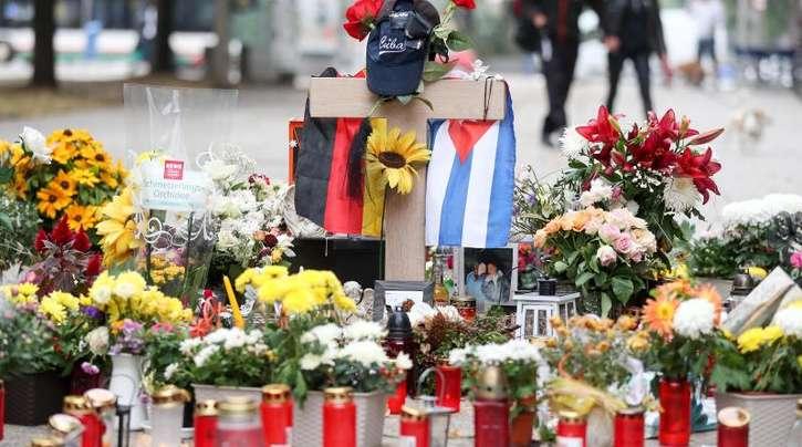 Blumen und Kerzen erinnern in Chemnitz an der getöteten 35-Jährigen.