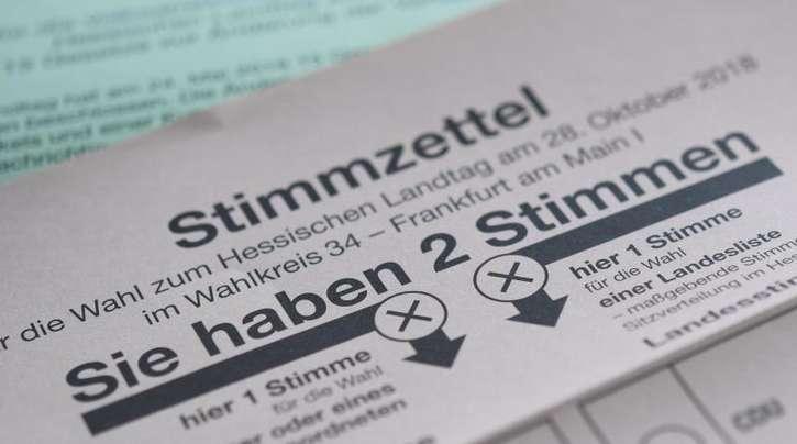 Stimmzettel für die Landtagswahl in Hessen und für die Volksabstimmung zu Änderungen und Ergänzungen der Landesverfassung.