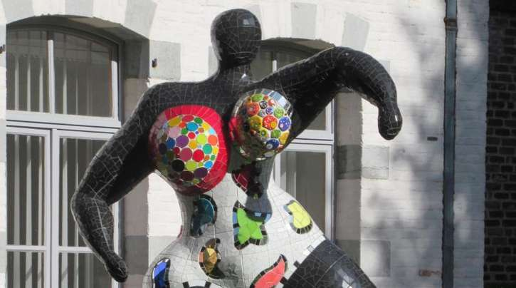 Eine «Nana» von Niki de Saint Phalle tanzt in Mons.