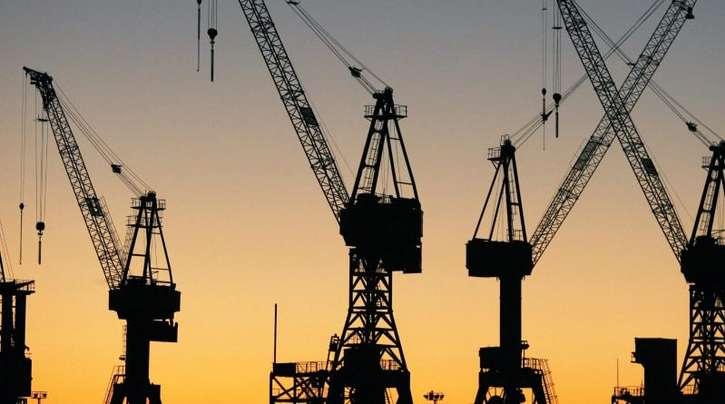 Die Sonne geht hinter Kränen im Hamburger Hafen auf. Die «Wirtschaftsweisen» haben ihre Wachstumsprognose für 2019 deutlich gekappt.