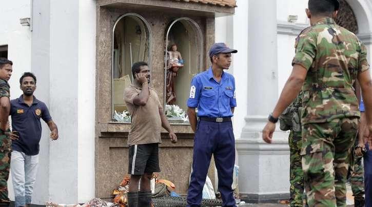 Einsatzkräfte stehen nach einer Explosion vor dem St. Anthony's Shrine in Colombo.