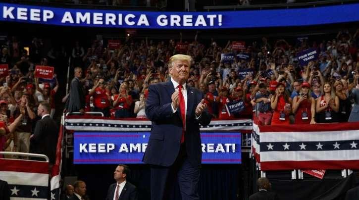 Donald Trump zu Beginn der Wahlkampfveranstaltung im Amway Center in Orlando.