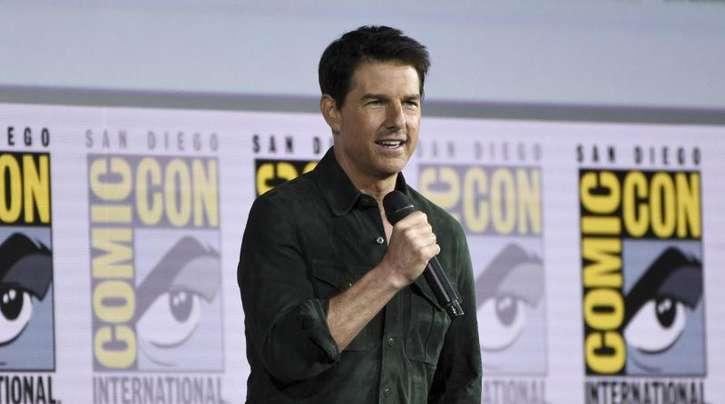 Tom Cruise kam mit einem Präsent zur Comic-Con-Messe.