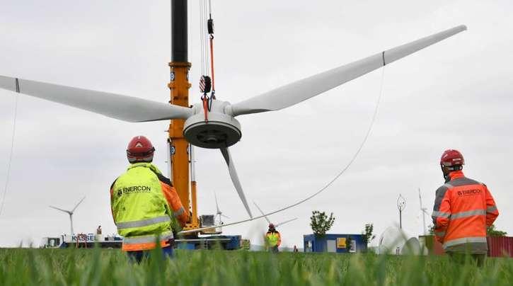 Arbeiter des Windkraftbauers Enercon bei Wartungsarbeiten im niedersächsischen Gestorf.